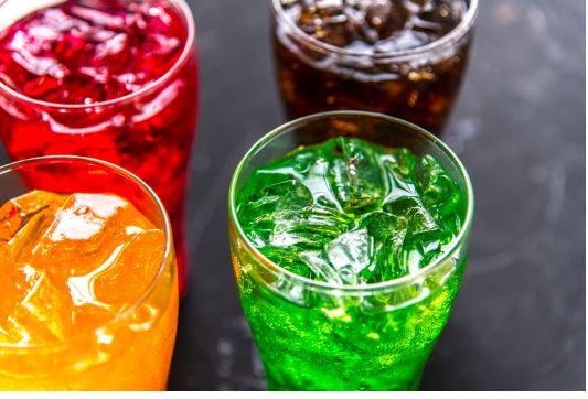Verres d'eau pétillance mélangés avec de l'alcool pour faire des cocktails